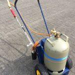 WeedoFLAMM – handgeschobene Abflammtechnik mit einer Lanze